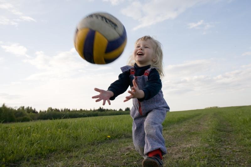 Barn kastar en boll